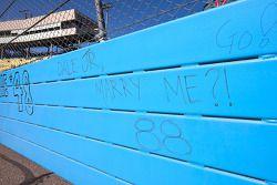 Les fans écrivent sur la piste