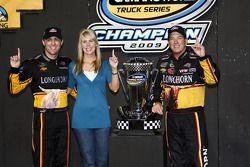 Ron Hornaday fête sa victoire avec Delana et Kevin Harvick