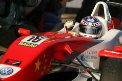 Le vainqueur Edoardo Mortara, Signature