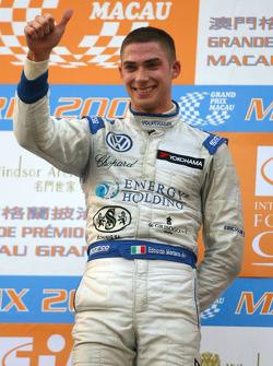 Podium: Le vainqueur Edoardo Mortara, Signature