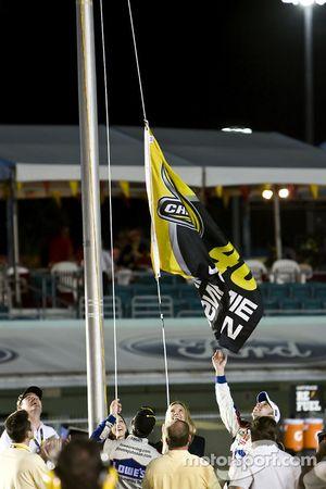 Jimmie Johnson fête son quatrième titre en hissant un drapeau