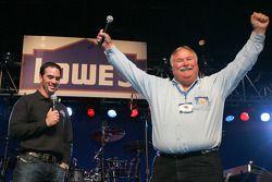 Jimmie Johnson, Hendrick Motorsports Chevrolet, et son père Gary Johnson parlent aux fans