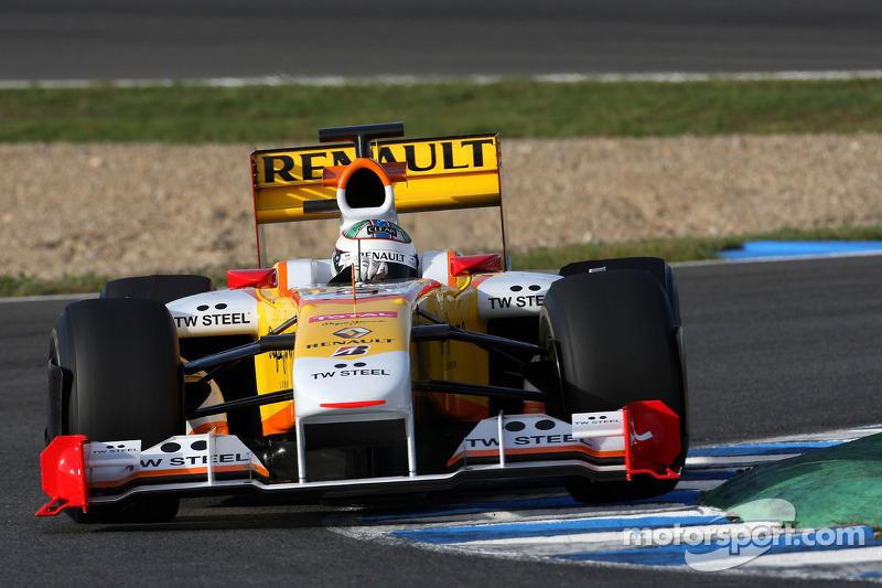 Paralelamente, ele seguia testando com a Renault na F1. Mas a vaga na categoria estaria garantida pouco depois, mas por uma porta diferente do que esperava.