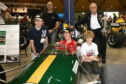 Le triple champion du monde de F1 Sir Jack Brabham avec David Brabham et ses fils fêtent son premie