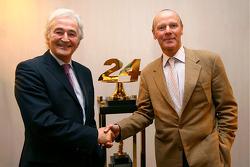 Hugues De Chaunac et Olivier Quesnel se serrent la main avec la signature d'un partenariat