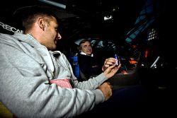 Fotos de estudio del Volkswagen Motorsport en el Hangar 7: Giniel de Villiers y Carlos Sainz