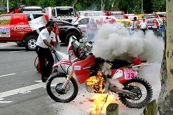 El Honda #73 de Pizzolito Javier se prende en llamas justo antes de la arrancada