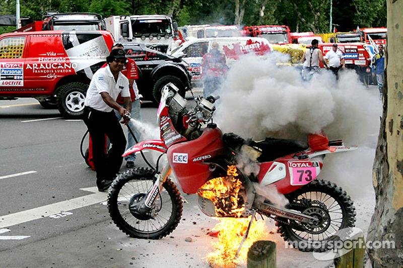 #73 Honda de Pizzolito Javier éteint le feu de sa moto avant le départ