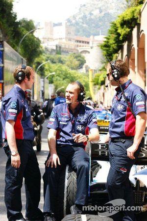 Team members on pitlane
