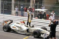 El ganador de la carrera, Romain Grosjean, del Equipo Barwa Campos