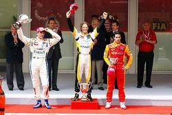 Podio: el ganador de la carrera, Romain Grosjean, del Equipo Barwa Campos, segundo lugar, Vitaly Petrov del Equipo Barwa Campos, tercer puesto provisional, Lucas di Grassi, Racing Engineering