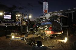 El BMW #336 de Ricardo Leal dos Santos y Paulo Fiuza en el área de servicio