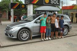 Niños de Buenos Aires con un auto de prensa Mercedes-Benz Clase-R