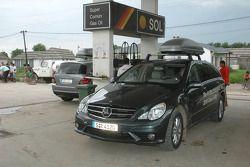 Auto de prensa Mercedes-Benz Clase-R en una estación de gasolina de Buenos Aires