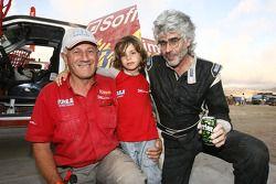 Jean-Pierre Strugo con su nieto Jordan y el jefe del equipo, Andre Dessoude