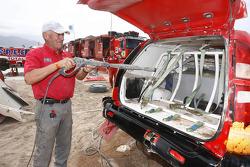 Andre Dessoude ayuda a limpiar las camionetas