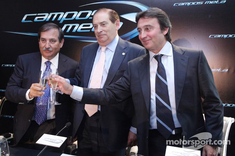 Adrian Campos brinda en la conferencia de prensa