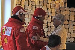 Giancarlo Fisichella y Fernando Alonso con Bernie Ecclestone