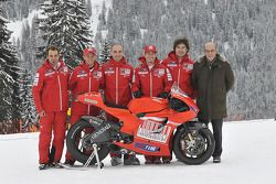 Claudio Domenicali, Nicky Hayden, Casey Stoner y Vittoriano Guareschi presentan la nueva Ducati Desm