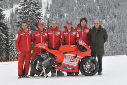 Claudio Domenicali, Nicky Hayden, Casey Stoner et Vittoriano Guareschi présentent la nouvelle Ducati Desmosedici GP10