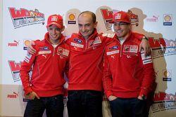 Casey Stoner en Nicky Hayden met Claudio Domenicali