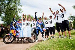 El ganador del Rally Dakar 2010 en la categoría de motocicletas, Cyril Despres festeja con su compañ