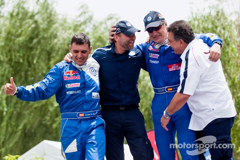Los ganadores del Rally Dakar 2010 en la categoría de autos, Carlos Sainz y Lucas Cruz Senra celebran