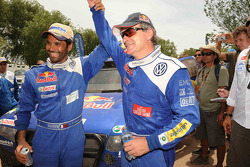 El ganador del Rally Dakar 2010 en la categoría de autos, Carlos Sainz celebra con el segundo lugar,