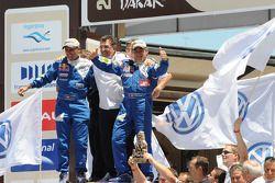 Podium catégorie AutosDakar 2010: Carlos Sainz et Lucas Cruz, vainqueurs, célèbrent leur succès ave