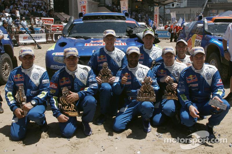 Podium catégorie AutosDakar 2010 : Carlos Sainz et Lucas Cruz, célèbrent leur victoire avec Al Attiyah et Timo Gottschalk, 2e s, et Mark Miller et Ralph Pitchford, troisièmes, ainsi que Giniel de Villiers et Dirk von Zitzewitz