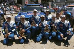 Auto's podium: 2010 Dakar Rally winnaars bij de auto's Carlos Sainz en Lucas Cruz Senra vieren feest met als tweede gefinisht Nasser Al Attiyah en Timo Gottschalk, derde plaats Mark Miller en Ralph Pitchford, en Giniel De Villiers en Dirk Von Zitzewitz