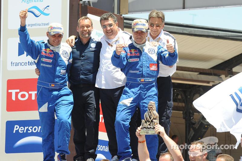 Auto's podium: 2010 Dakar Rally winnaars bij de auto's Carlos Sainz en Lucas Cruz Senra vieren feest