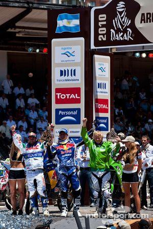 Podium catégorie MotosDakar 2010 : Cyril Depres, vainqueur, célèbre son succès, avec Pal Anders Ulvalseter, 2e , et Francisco Lopez Contardo, troisième