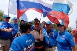 Leonid Novitskiy celebra con miembros del equipo Kamaz