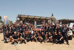 Podium catégorie AutosDakar 2010 : Stéphane Peterhansel et Jean-Paul Cottret, cinquièmes, Guerlain Chicherit et Tina Thorner, célèbrent avec les membres du Team X-Raid