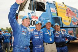 2010 Dakar Rally winnaars bij de trucks, Vladimir Chagin, Semen Yakubov en Eduard Nikolaev vieren fe