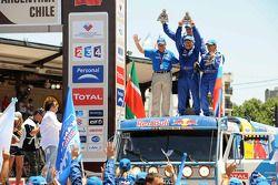 Podio de camionetas: segundo lugar, Firdaus Kabirov, Aydar Belyaev y Andrey Mokeev