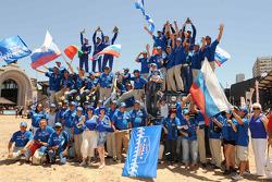 Podio de camionetas: los ganadores del Rally Dakar 2010 en la categoría de camionetas, Vladimir Chagin, Semen Yakubov y Eduard Nikolaev, los ganadores del segundo puesto, Firdaus Kabirov, Aydar Belyaev y Andrey Mokeev