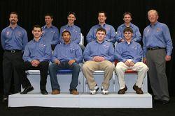 Fila superior: El presidente de Joe Gibbs Racing, J.D. Gibbs, los pilotos de la NASCAR Sprint Cup Series Denny Hamlin, Joey Logano y Kyle Busch, el piloto de la NASCAR Nationwide Series, Matt DiBenedetto; fila inferior: el piloto de la NASCAR Nationwide S