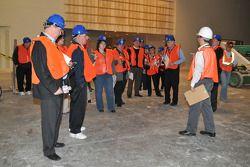 La prensa, con todo y cascos y chalecos naranjas, visita la construcción del nuevo Salón de la Fama