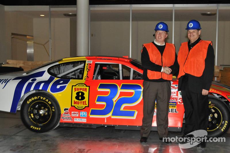 Dans la Hall of Fame, Ricky Craven et le propriétaire Cal Wells posent avec la Pontiac Craven menée à la victoire au Darlington Raceway en 2003, lors de l'arrivée la plus serrée de l'Histoire de la NASCAR