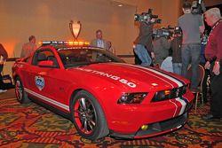 El nuevo Ford Mustang GT, impulsado por el nuevo V-8 de 5.0 litros y 412 caballos de fuerza, marcará el paso al inicio de las Daytona 500 de este año; este será el primer Ford Mustang en marcar el paso en la 'Gran Carrera Americana'