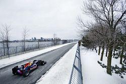 Sebastien Buemi en el auto Red Bull Racing F1 en la nieve en el Circuito Gilles-Villeneuve in Montr