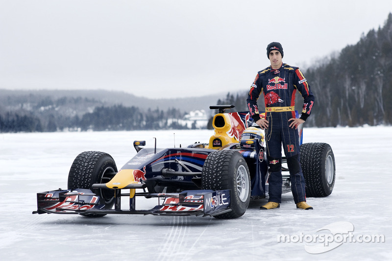 Sebastien Buemi con el auto Red Bull Racing F1 en la nieve en el Circuito Gilles-Villeneuve en Lac-à-l'Eau-Claire, Quebec, Canadá