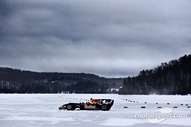Sebastien Buemi en el Red Bull Racing F1 en la nieve en el Circuito Gilles-Villeneuve en Lac-à-l'Ea
