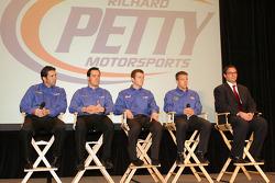 Richard Petty Motorsport rijders Elliott Sadler, Paul Menard, Kasey Kahne en A.J. Allmendinger met t