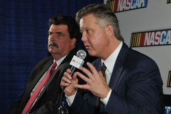 NASCAR leiders Brian France en Mike Helton met de media
