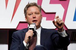 El presidente y CEO de NASCAR, Brian France se dirige a la prensa durante el NASCAR Sprint Media Tou
