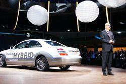 Le nouveau système de branchement Mercedes-Benz de la S-Class Hybride avec le président de Daimler, Dr Dieter Zetsche