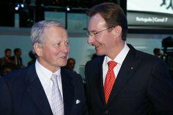 Mr. Wolfgang Porsche (à gauche), et Michael Macht (nouveau membre du conseil d'administration de Porsche) lors de la conférence de presse de Volkswagen